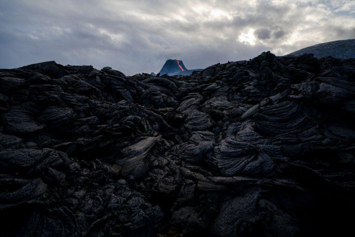 En refroidissant, la lave crachée par le volcan Fagradalsfjall prend un aspect bosselé.