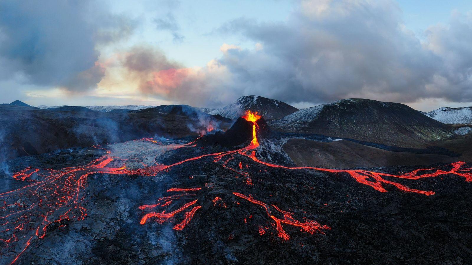 Les coulées de lave semblent dessiner une carte sur le basalte noir du volcan Fagradalsfjall, en ...