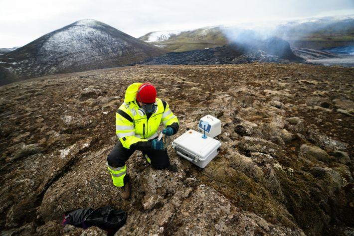 Un membre de l'équipe de recherche et de sauvetage de l'Islande (ICE-SAR) mesure les niveaux de ...