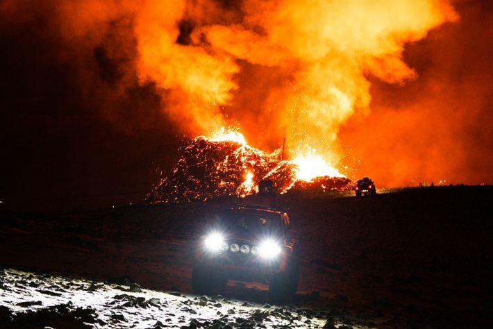 Des véhicules de recherche et de sauvetage ratissent la zone autour du volcan de Fagradalsfjall pour ...