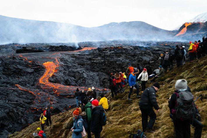 Des milliers de randonneurs se sont rendus au volcan Fagradalsfjall pour le voir en éruption en ...