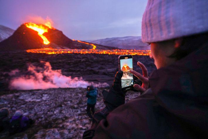 Un touriste prend le volcan en photo avec son smartphone en mars 2021.