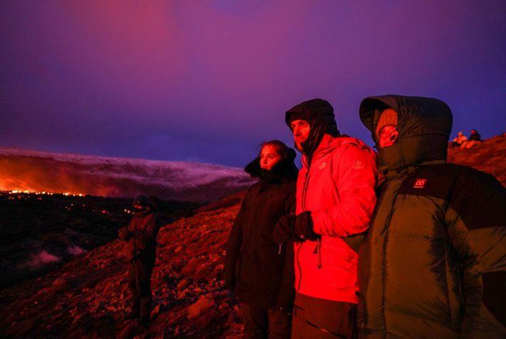 La météo glaciale n'a pas empêché les Islandais, venus par milliers, d'admirer le volcan en éruption ...