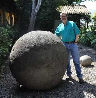 L'anthropologue John Hoopes pose près d'un mégalithe de pierre du Costa Rica, qu'il a étudié sur ...