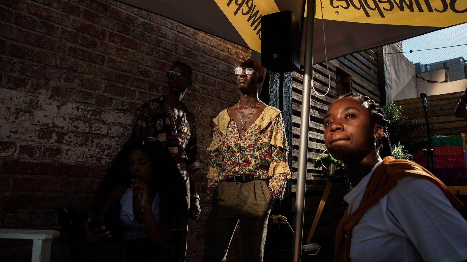 Des membres du collectif de jeunes artistes « The Creatives, basé à Pretoria, assistent à une ...