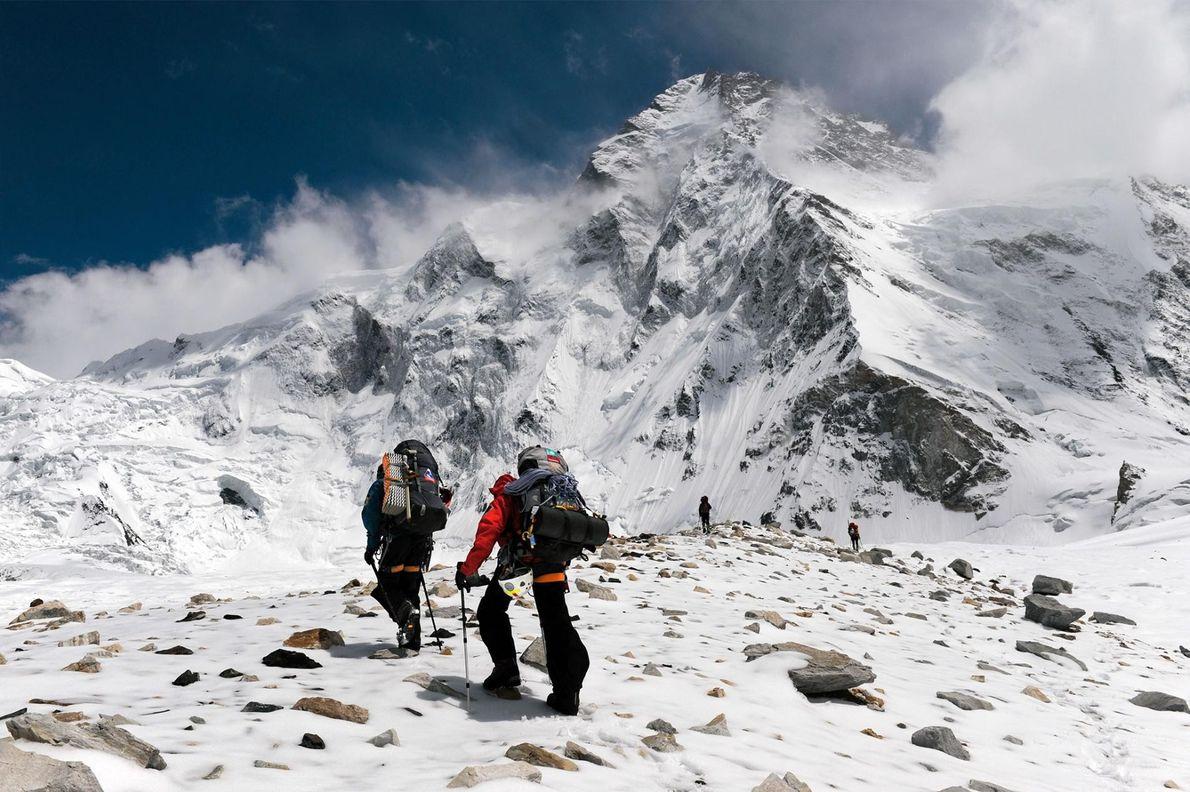 L'équipe de Gerlinde Kaltenbrunner grimpe le K2 en empruntant l'arête située sur le côté chinois. L'ascension ...