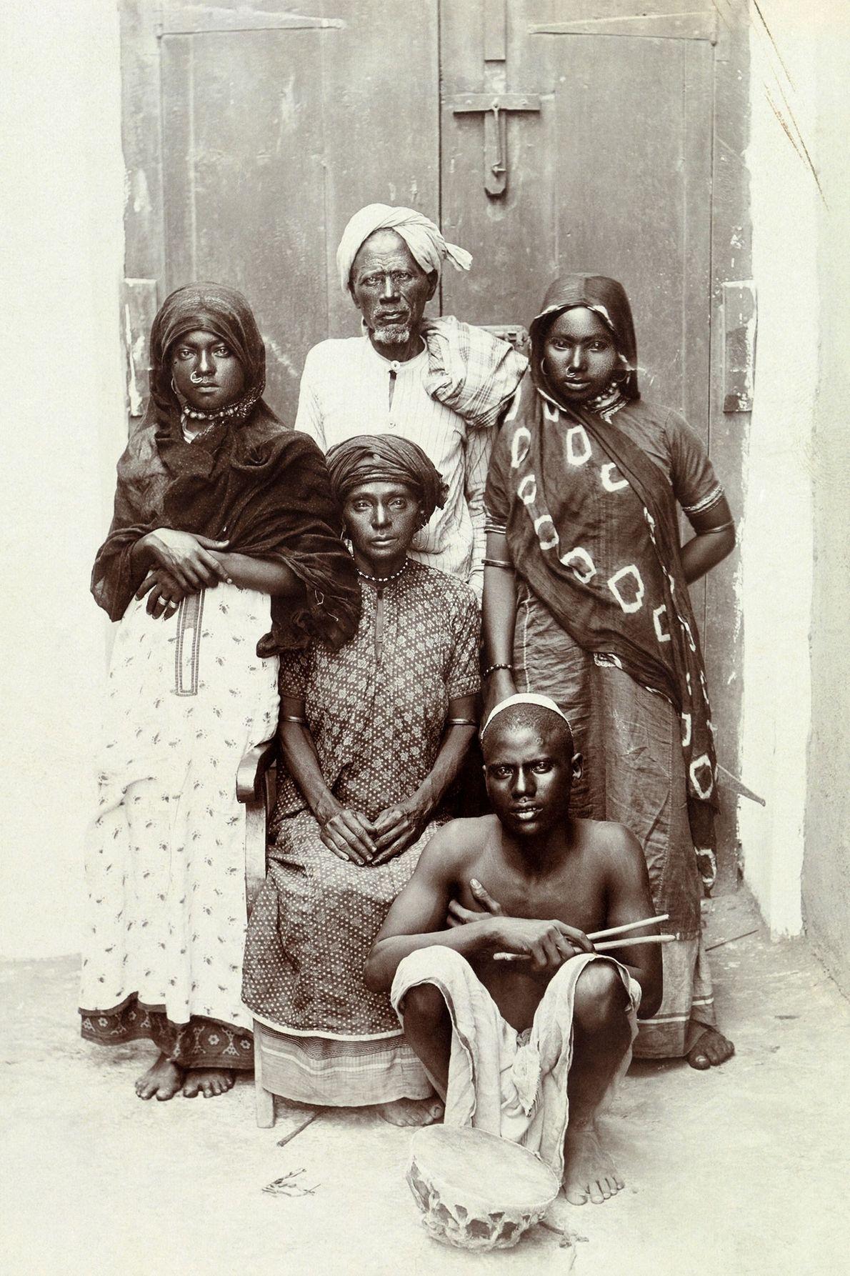 Cette photo d'une famille Akhdam de danseurs et de balayeurs de rue au Yémen, date des ...