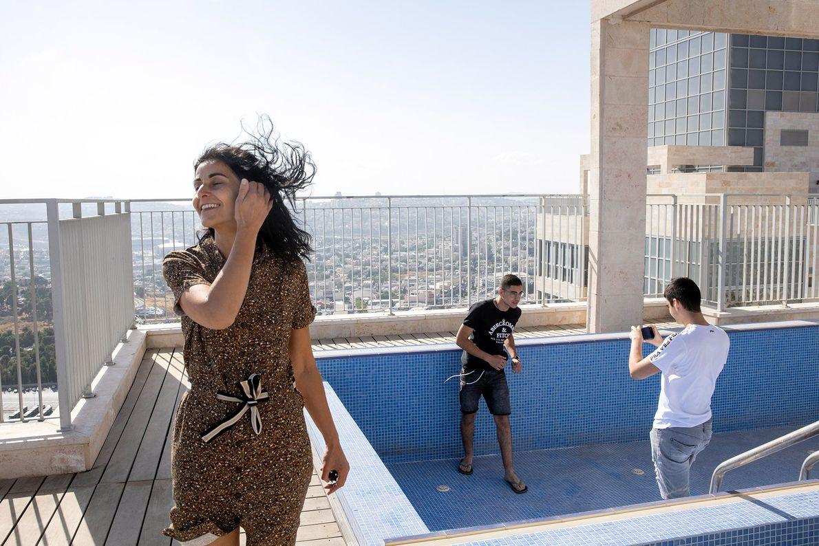 La famille Zeitoun (Thierry, Nathanael, Gabriel, and Yael) profite de la vue depuis le toit de ...