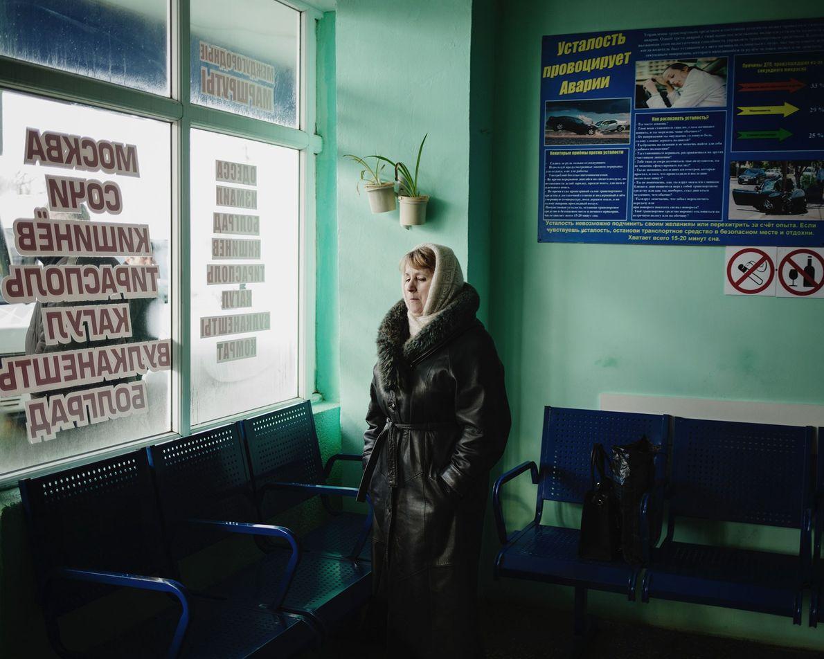 Une femme patiente dans la principale gare routière où partent les bus à destination d'autres régions ...
