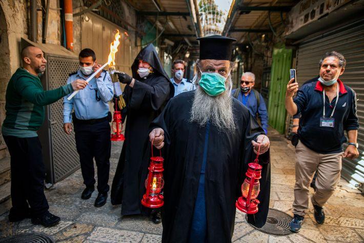 L'archevêque Démétrios de Lydda porte le Feu sacré à travers la rue HaNotsrim («Les Chrétiens») de ...