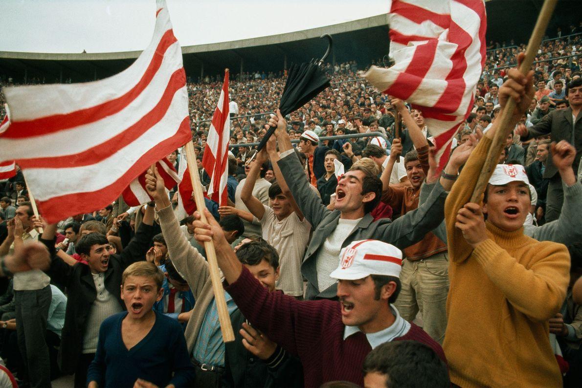 En 1970, en Serbie, les supporters de la Yougoslavie célèbrent le but de leur équipe face ...