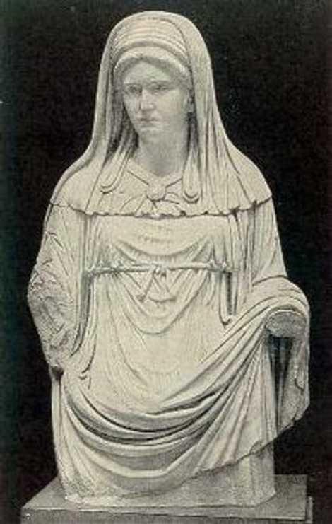 Cette statue du 2e siècle avant J.-C. montre la tenue reconnaissable portée par une Grande Vestale, ...