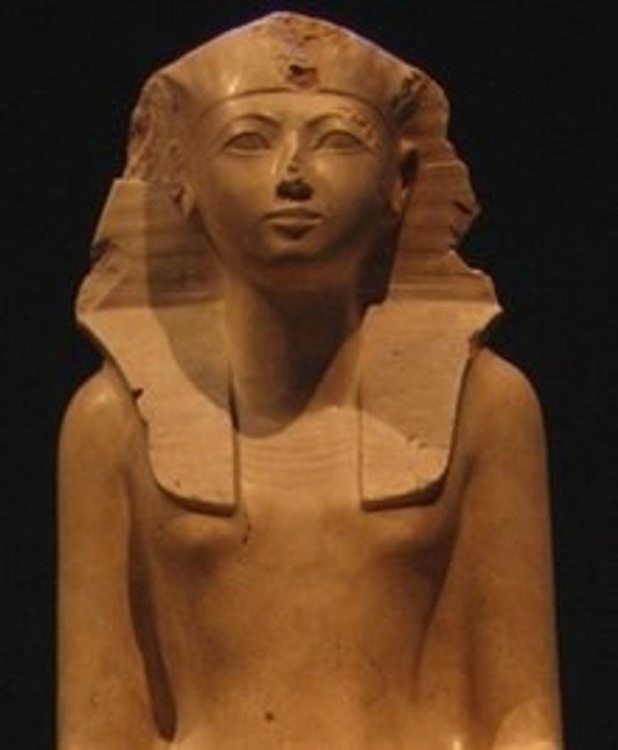Cette statue en roche calcaire représente la reine Hatchepsout vêtue de la tenue d'un roi, quelque chose qu'elle fit au cours de ses 20 années de règne.