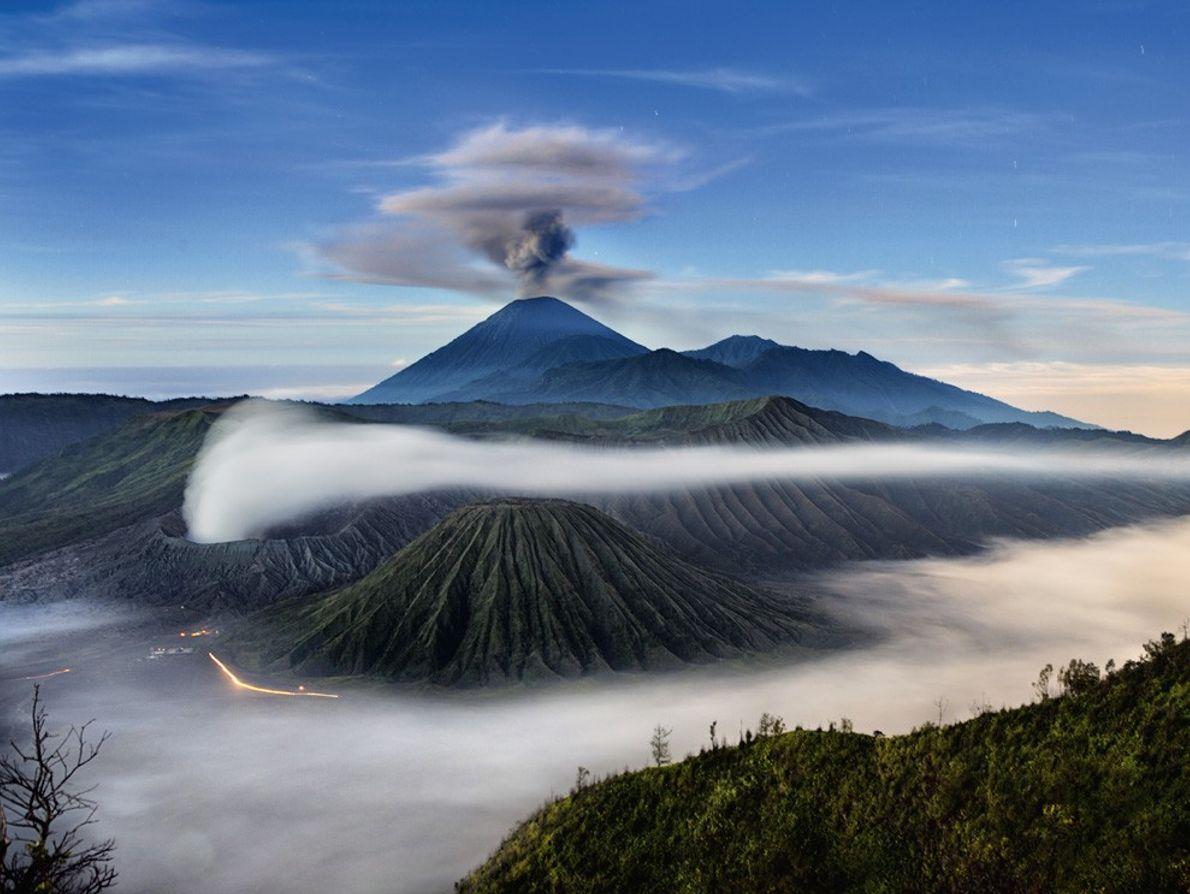 Le mont Semeru, vu ici surmonté d'un panache de cendres, est le plus haut volcan de ...