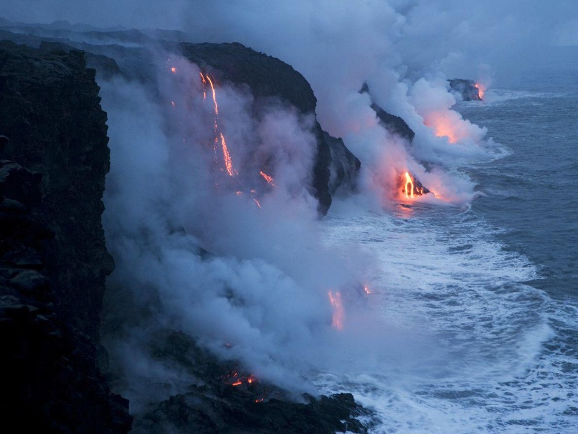 Dans un sifflement de vapeur, la lave se déverse dans l'océan Pacifique dans le parc national ...