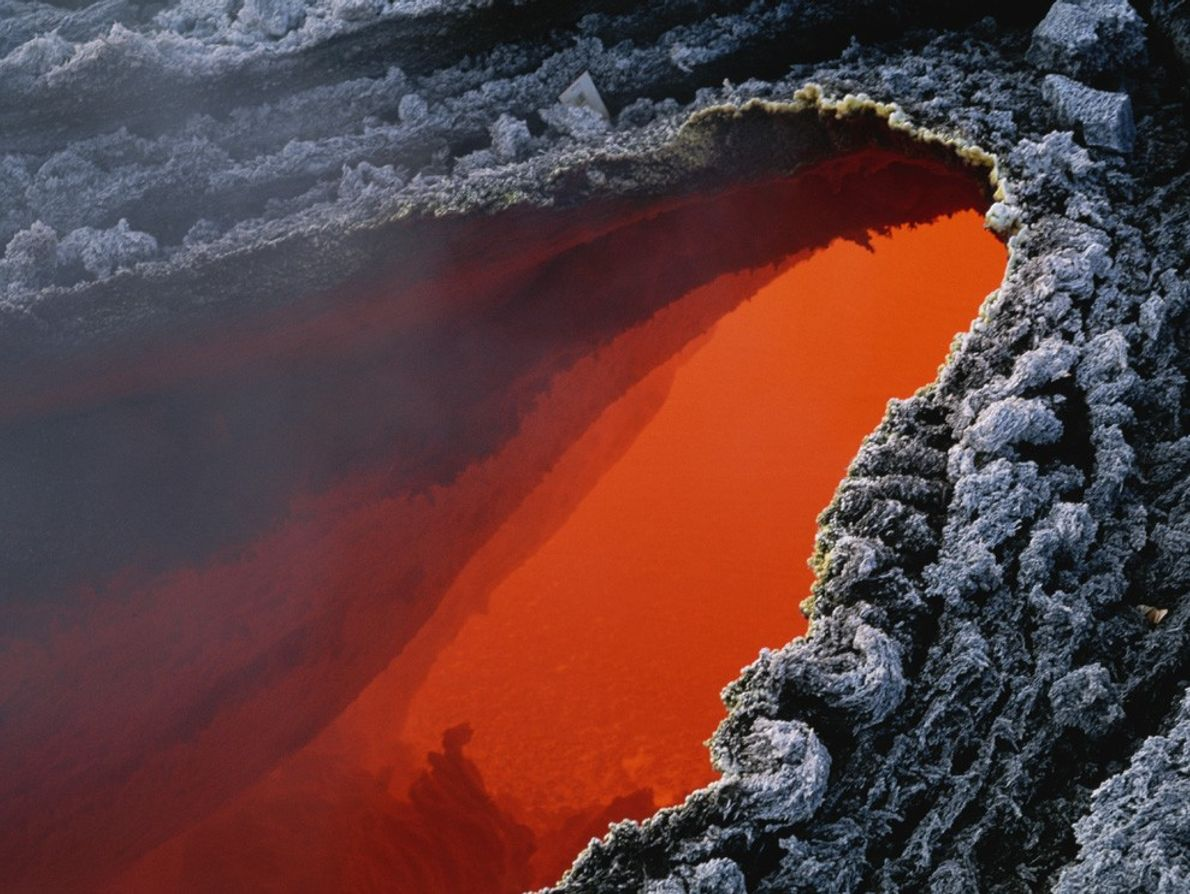 Quelques centaines de degrés séparent ce bassin de magma orange de l'Etna de sa croûte grise ...
