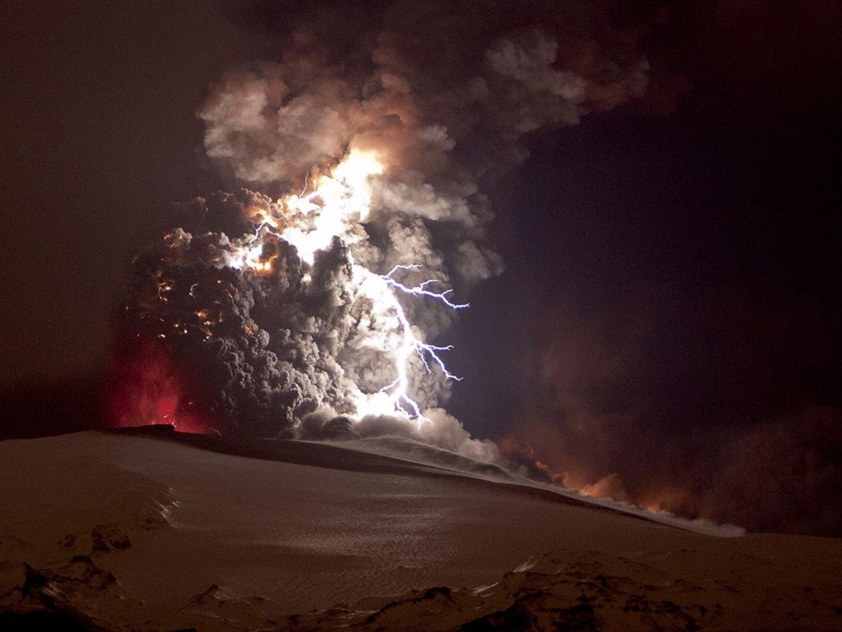 Un éclair brillant crépite dans le nuage de cendres lors de l'éruption du volcan Eyjafjallajökull en ...