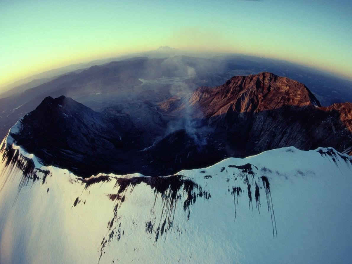 Un nuage de fumée s'échappe de l'impressionnant cratère en forme de coquille d'œuf du Mont Saint ...