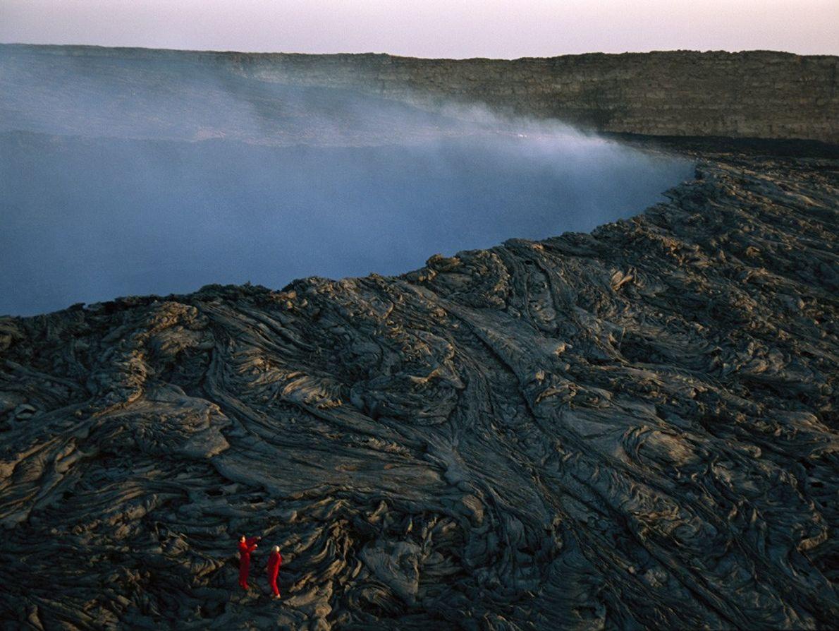 Les grimpeurs montent des verticilles de lave sur la caldeira du volcan Ertale, en Éthiopie, alors ...