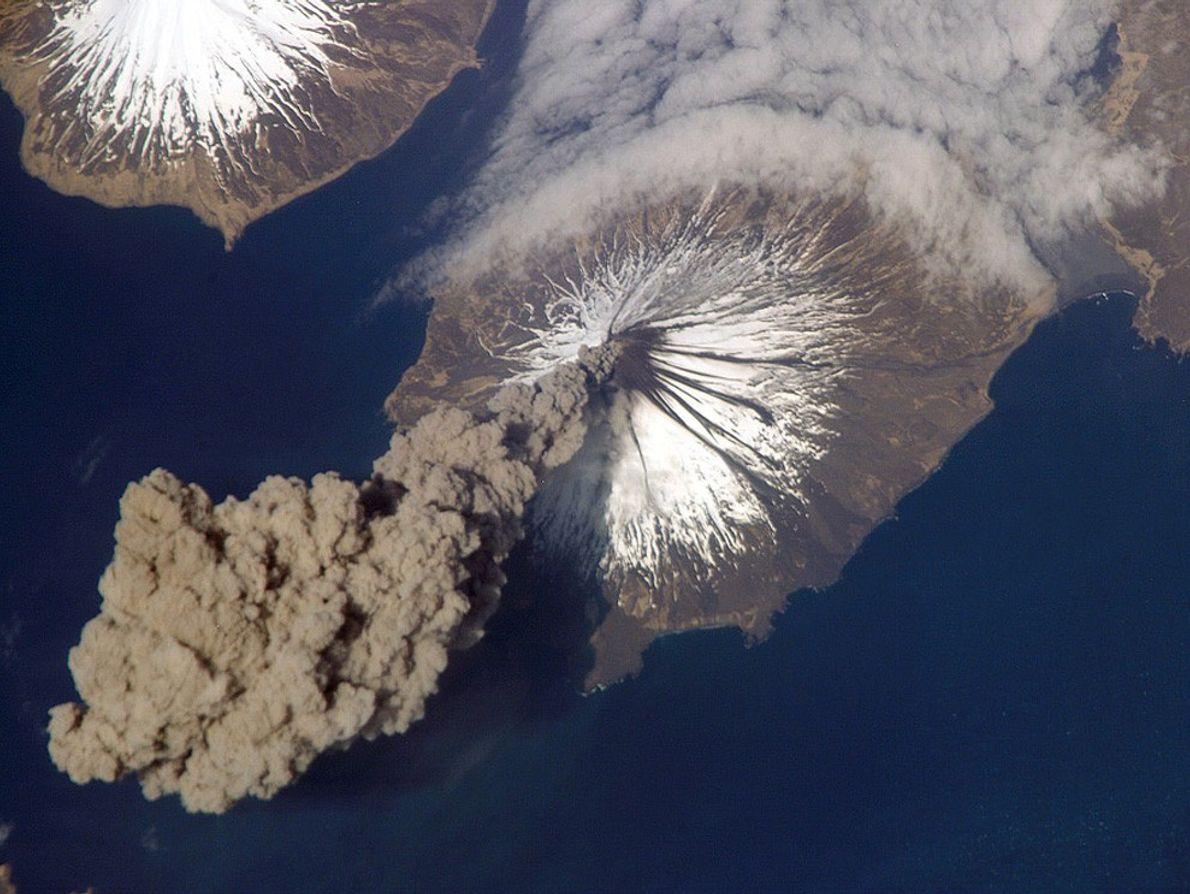 Le volcan Cleveland libère un panache de cendres qui s'élève à près de 6 000 mètres ...