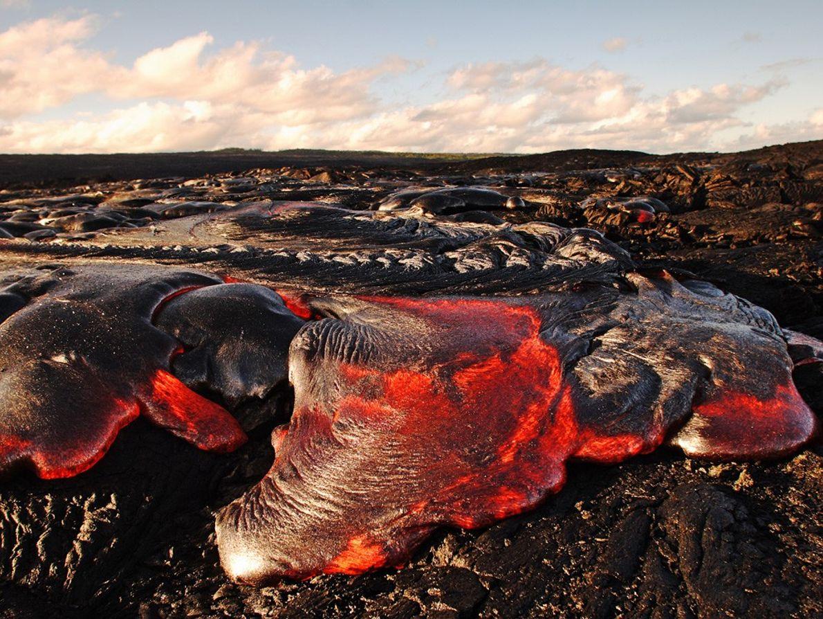La lave de Pahoehoe coule sur le volcan Kilauea dans le parc national des Volcans d'Hawaï. ...