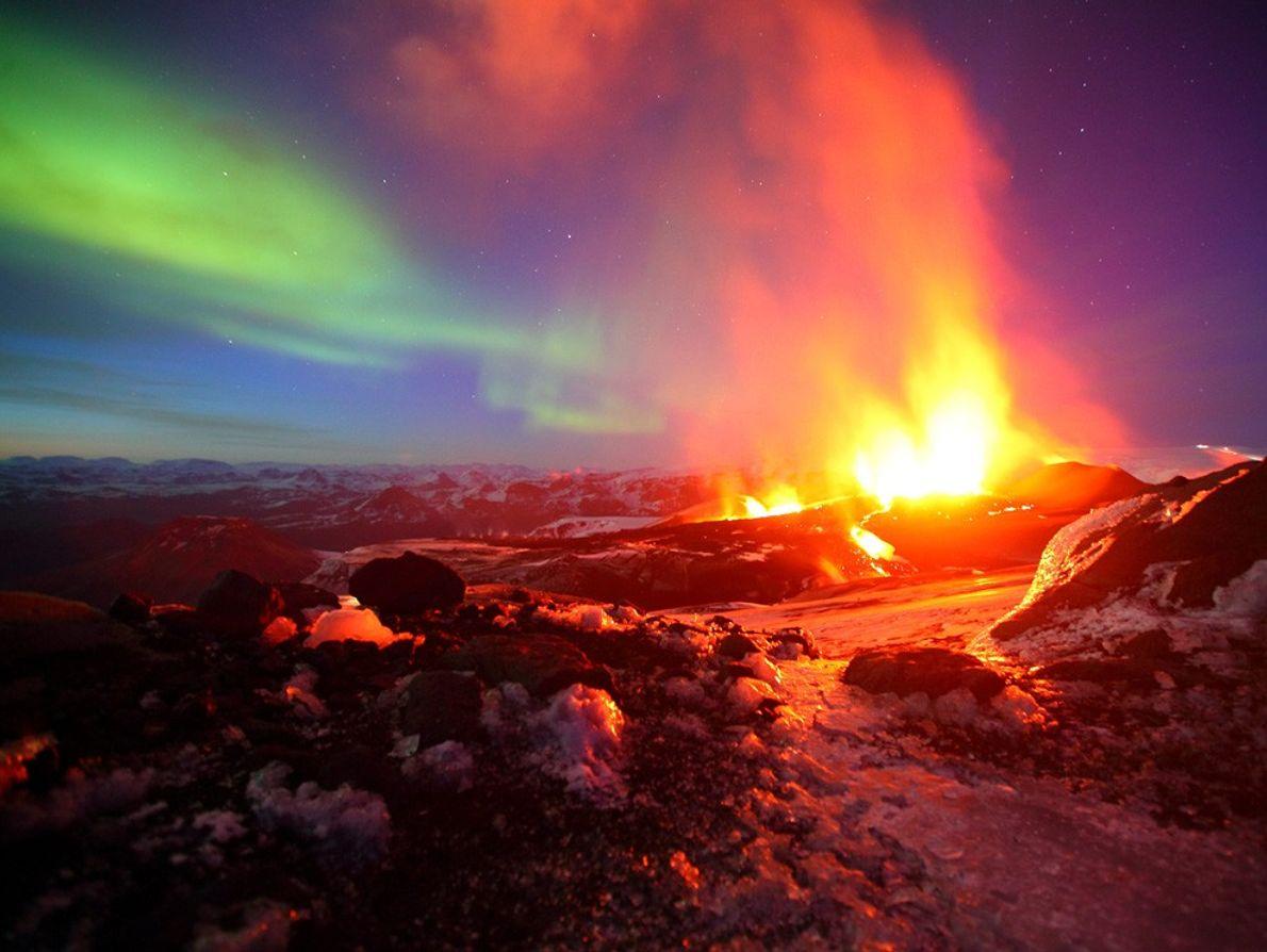 Une éruption volcanique et des aurores boréales se produisent en même temps en Islande. La nation ...