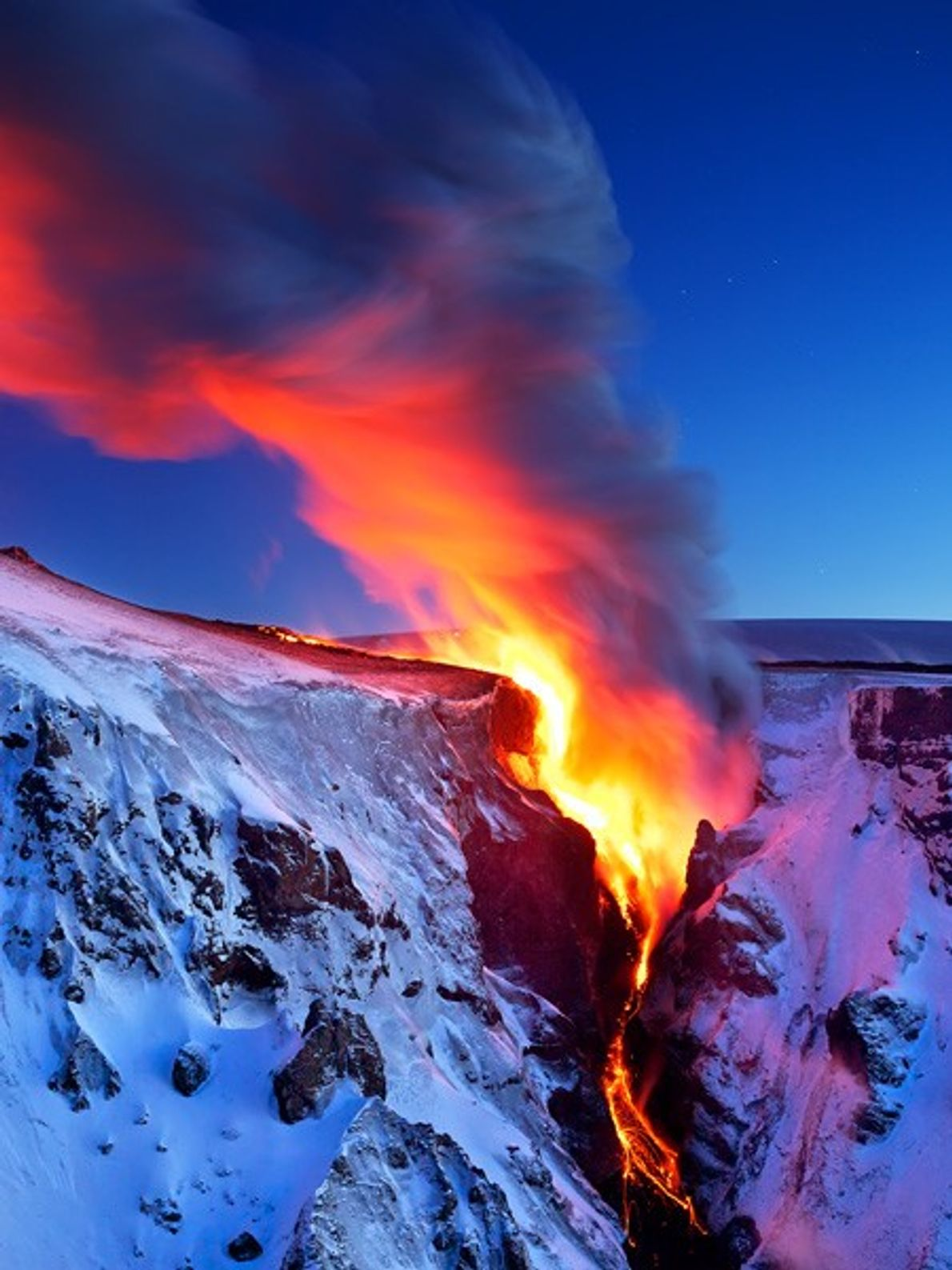 La lave coule dans une vallée du sud de l'Islande, près du volcan Eyjafjallajökull.