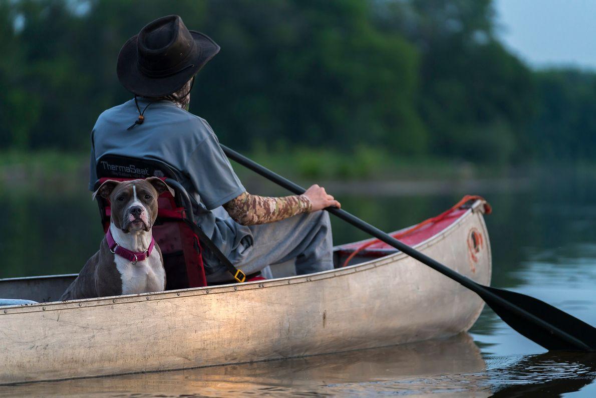 Un canoteur navigue sur la rivière Milwaukee dans le Lincoln Park de la ville. Considérée comme ...