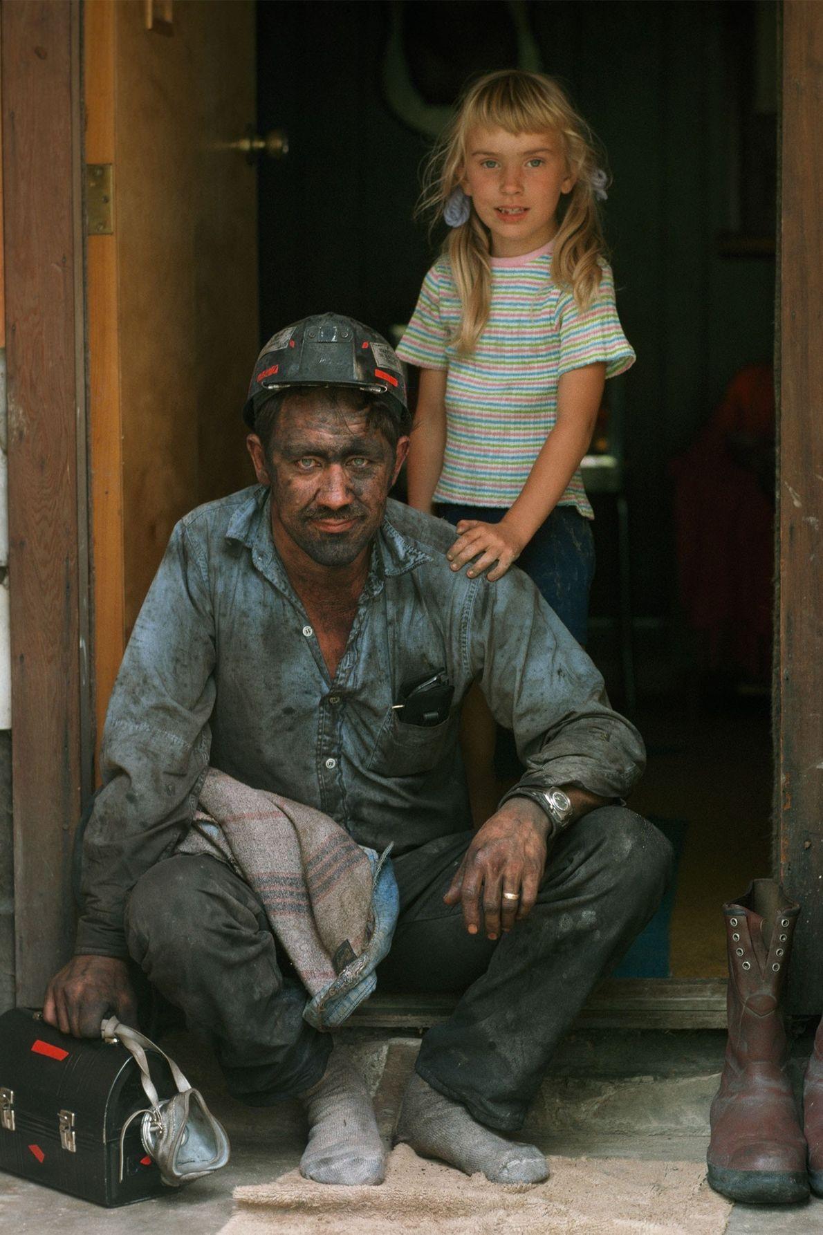 À Bayard, en Virginie-occidentale, un mineur pose, assis sur le perron de sa maison. Sa fille ...