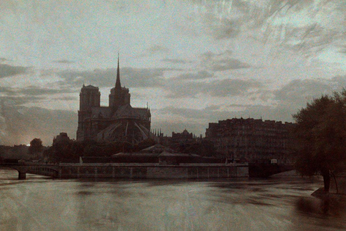 Le coucher de soleil assombrit Notre-Dame sur cette photo de 1923.