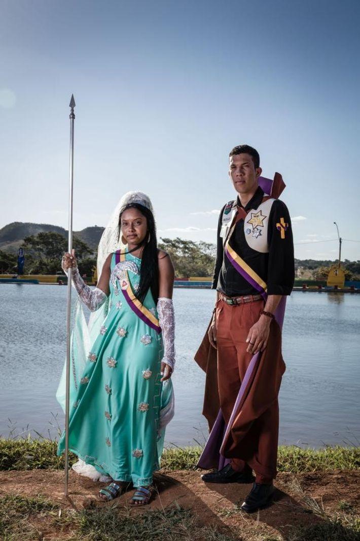 Magally Pereira, vêtue d'une tenue grecque, se tient à côté de son cousin, Italo Moreira, en ...