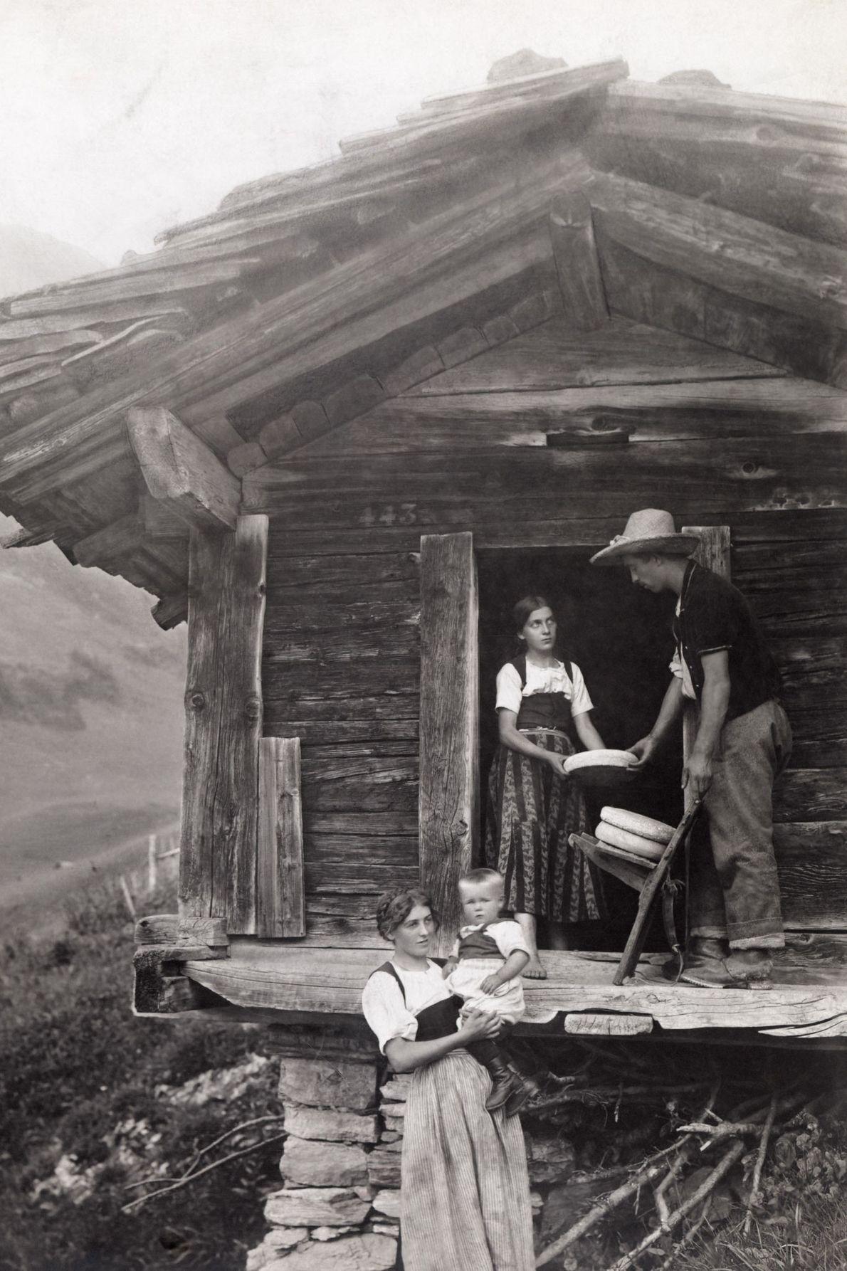 Cette scène de la vie d'une famille de fromagers dans les Alpes Suisse a été capturée ...