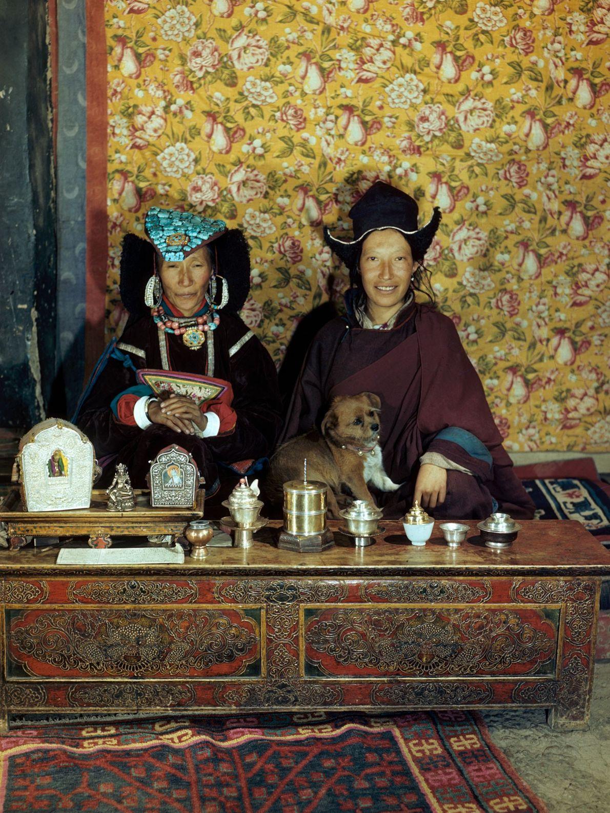 Une ancienne reine du Ladakh, en Inde, pose avec sa fille, une religieuse, et un chien. ...