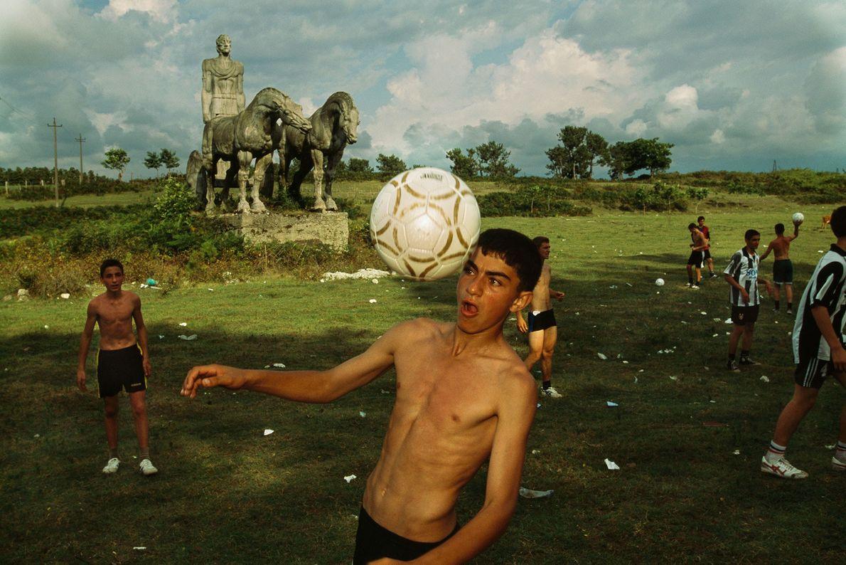 Un garçon fait une tête alors qu'ils jouent avec ses amis.