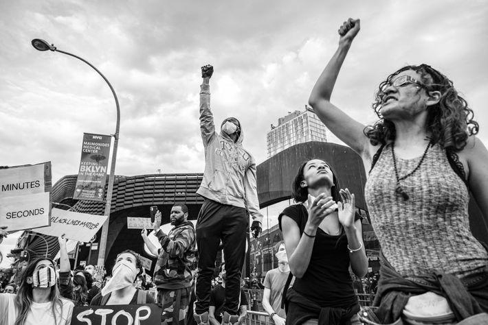 Les manifestants se rassemblent devant le Barclays Center à Brooklyn avant de se rendre à Manhattan ...