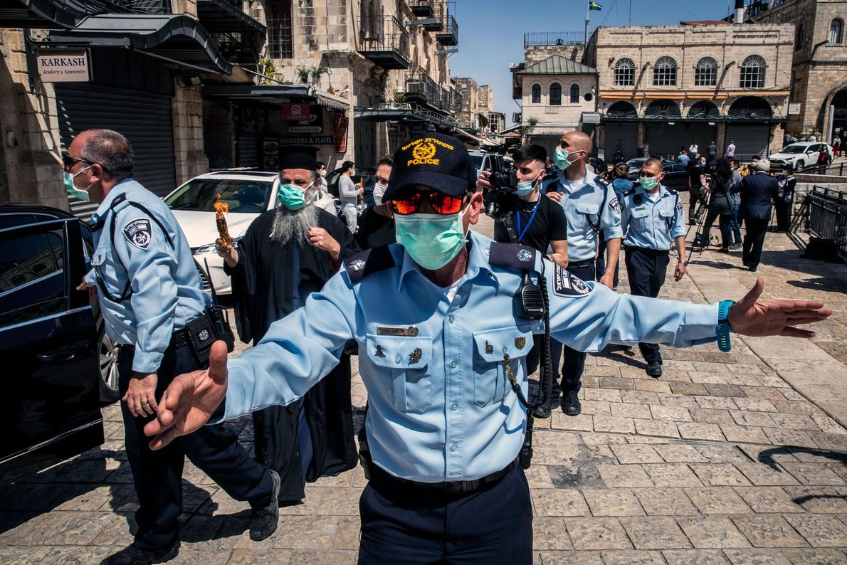 Officier de la police de Jérusalem, Wassam Ali ordonne aux passants de garder leurs distances pendant ...