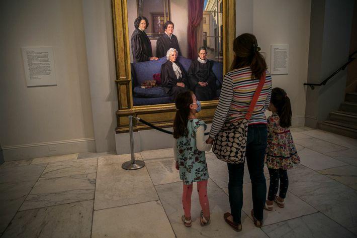 Lauren Stoker et ses filles s'arrêtent devant le portrait de quatre femmes juges de la Cour suprême ...