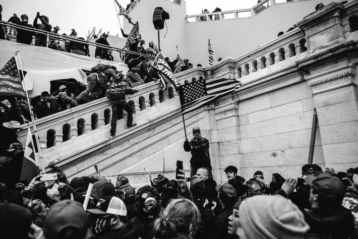 Des sympathisants du président Donald Trump se pressent vers les marches du Capitole en chantant « USA invading ...
