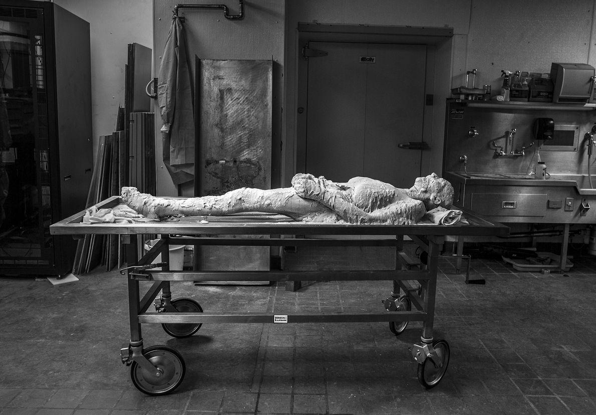 Recouvert d'une couche d'alcool polyvinylique, le corps de Susan Potter attend d'être congelé après avoir été ...