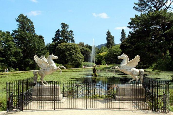 Les statues et la fontaine du jardin de Powerscourt.