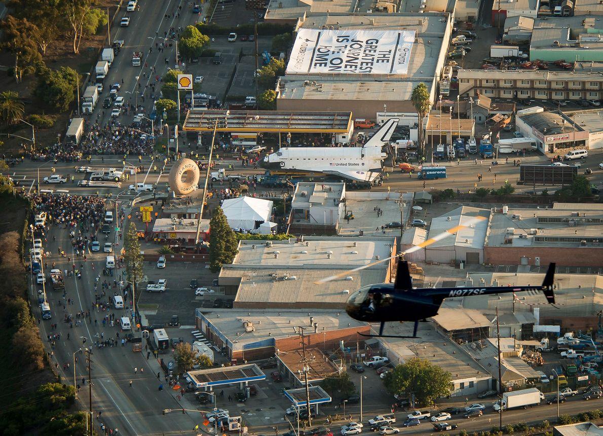 Photographiée depuis le « blimp » ou ballon dirigeable de Goodyear, la navette spatiale Endeavour passe ...