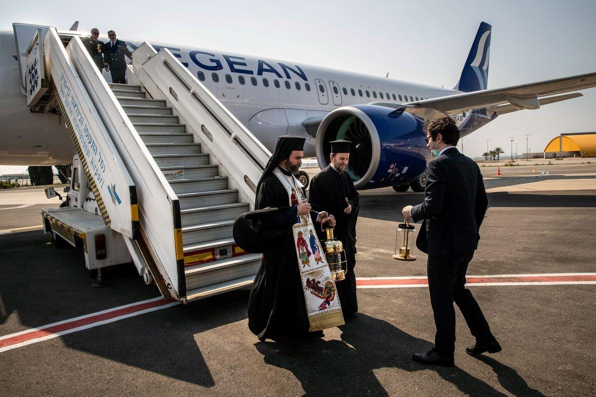 Le Consul général Sofianopoulos confie le Feu sacré l'exarque du Saint-Sépulcre en Grèce, Archimandrite Damianos, pendant ...