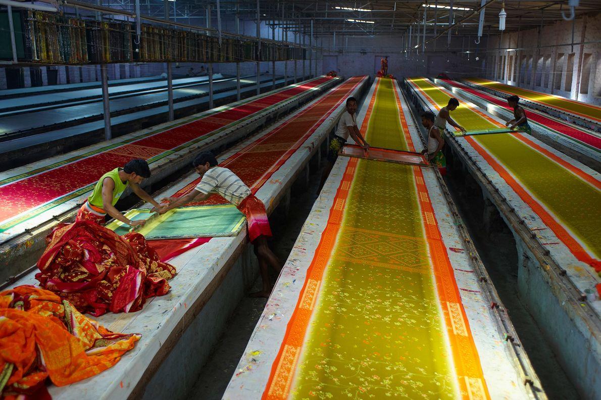Les saris, ici en train de sécher dans un atelier du Rajasthan, peuvent mesurer jusqu'à 2.75 mètres ...