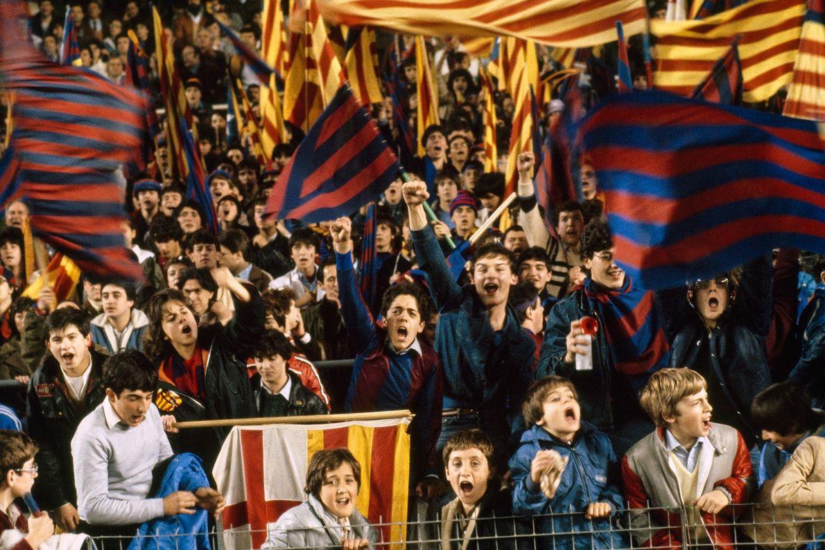 Des supporters de Barcelone encouragent leur équipe contre Madrid, lors d'un match qui s'est déroulé en ...