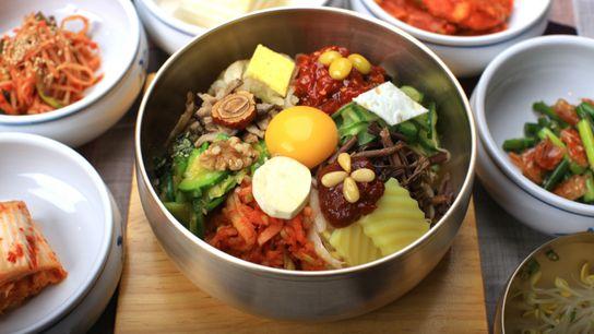 Le bibimpap est un plat très populaire à base de riz, de viande de bœuf et ...