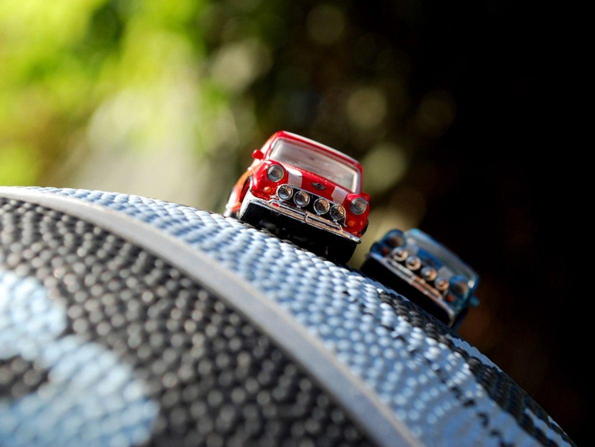 Ces voitures miniatures sont posées sur une balle en caoutchouc.  Conseil : en macrophotographie, on travaille avec …