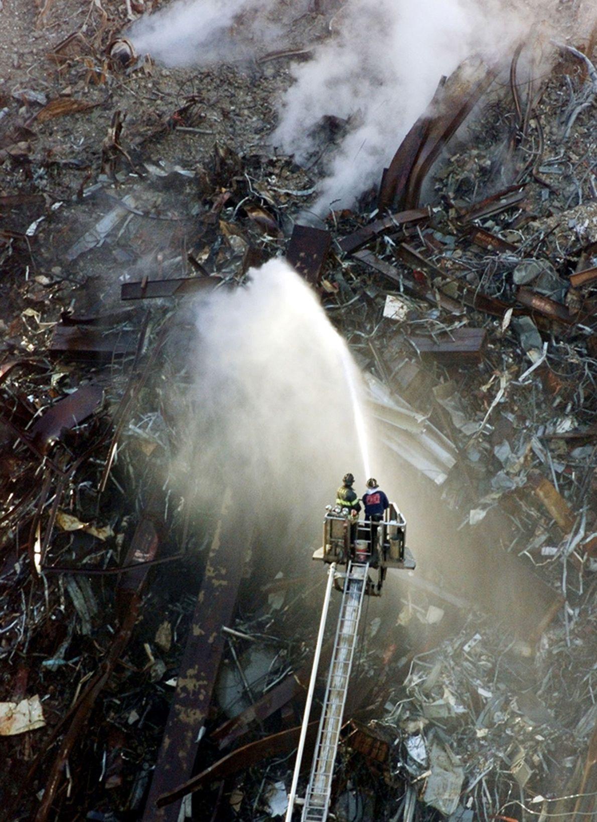 De la fumée sortant des décombres
