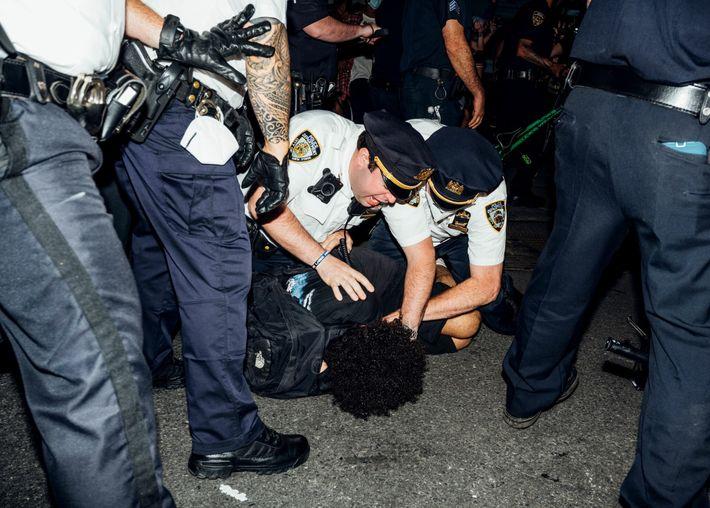 La police interpelle un manifestant qui dénonçait l'assassinat de George Floyd à Minneapolis, étouffé par un policier ...