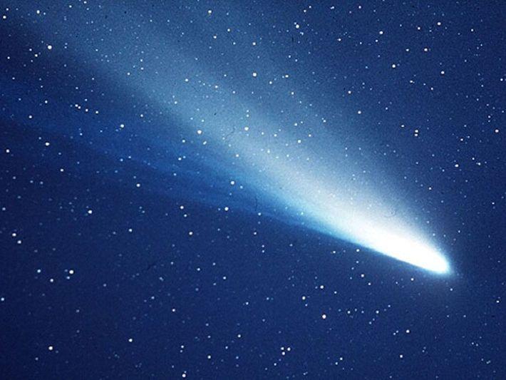 Image de la comète Halley, dont l'orbite complète autour du Soleil est de 76 ans.
