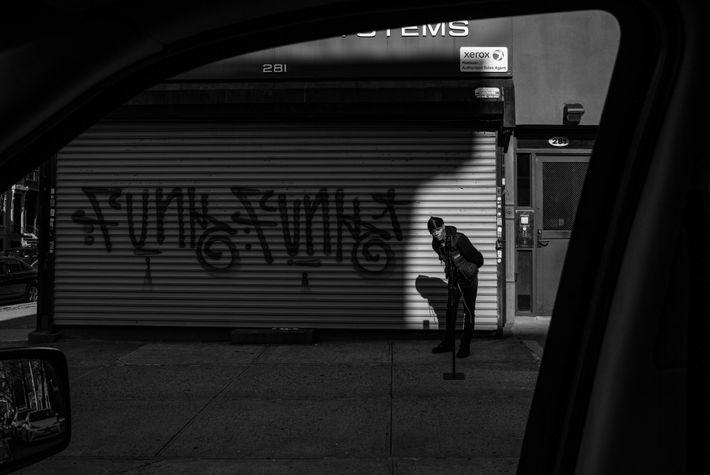 Un habitant de Brooklyn lance une vidéo en direct sur sa page Instagram. « La nouvelle normalité ». ...